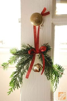 Sometimes the simples of Christmas decorations are the best. DIY Christmas Home Decor: Christmas Doorknob Hangers Noel Christmas, Green Christmas, Simple Christmas, Christmas Projects, Winter Christmas, All Things Christmas, Christmas Wreaths, Christmas Ornaments, Christmas 2019