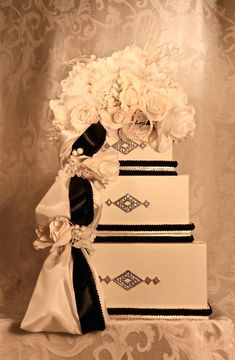 Buttercream and Black Chic Wedding Colors | OneWed