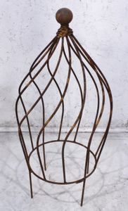 A Wrought Iron Garden Topiary and Garden Obelisk accents your decorative garden and flower pots. Buy our wrought iron garden supports for sale to add Wrought Iron Trellis, Wrought Iron Wall Decor, Metal Trellis, Garden Trellis, Topiary Garden, Garden Art, Topiaries, Garden Ideas, Wall Garden Indoor