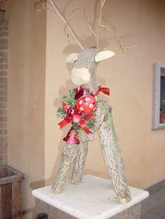 renna natalizia realizzata con tronchetti