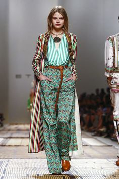 Etro Fashion Show Ready to Wear Collection Spring Summer 2017 in Milan MIXING prints Live Fashion, Fashion 2017, Fashion News, Runway Fashion, Boho Fashion, Spring Fashion, Fashion Show, Fashion Outfits, Fashion Design