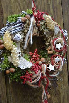 Ein mit geweisster Birke umwickelter Strohkranz wurde mit verschiedenen Moosen,ver.Zapfen, Rattansternen,Nüssen,Kokossternen, kleinen Keramiktöpfchen und vielen Metern Filzband dekoriert.Am unteren...