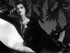 """""""Il n'ya pas de femmes laides, seulement des femmes qui ne peuvent pas être fixés"""".  """"There are no ugly women, only women who can not be fixed"""".  Gabrielle Coco Chanel"""