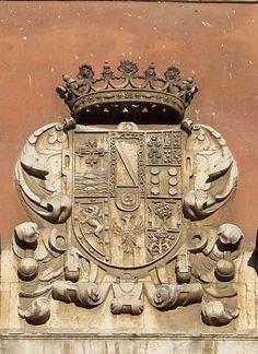 Palacio de Fabio Nelli, sede del Museo de Valladolid (España). Inicios del siglo XVII. Escudo que corona el frontón de la fachada monumental, con las armas de Baltasar de Rivadeneira y Zúñiga, nieto de Fabio Nelli.