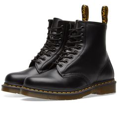 Doc Martens have been in style for almost 60 years, discover what made them so popular. We also discuss how to wear them in style! Doc Martens Stil, Red Doc Martens, Dr Martens Men, Doc Martens Boots, Dr Martens 1460, Dr Martens Hombres, Black Leather Boots, Black Shoes, Botas Outfit