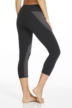 A spiral contrast design keeps your stems looking slim and sweat-free with high performance features. That doesn't mean you can skip your workout though! | Lexi Capri Leggings - Fabletics