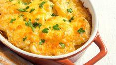 Para hacer unas deliciosas patatas gratinadas a la crema, lo primero que debemos hacer es pelar las patatas y cortarlas en rodajas ni muy estrechas, ni muy anchas. Después, untamos una fuente de horno con mantequilla previamente fundida en el microo