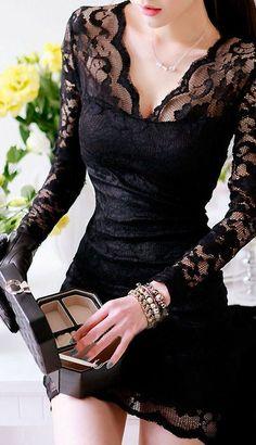 Para fiesta. Cuello en v y falda mas larga que ancha. Entallada en cintura. Y por supuesto, negro.