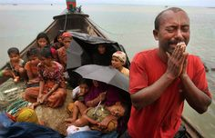バングラディシュの沿岸警備隊に助けを乞う宗教難民の男性。nbc news.