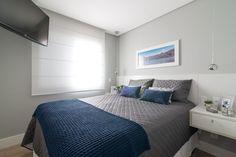 cabeceira branca madeira parede toda quarto casal clean parede cinza persiana rodape branco criado mudo branco suspenso