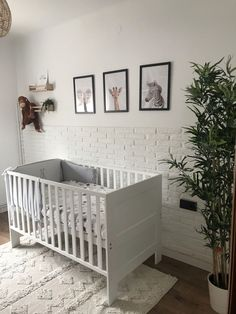 Revestimiento en zócalo con nuestro panel Ladrillo Rústico Blanco en un dormitorio infantil Rustic Decor, Bed, Interior, Furniture, Home Decor, White Wood Walls, Wood Paneling, Walk In Closet, Dining Room
