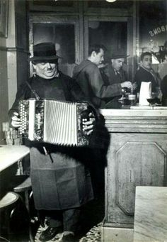 Doisneau 1955 L'accordeoniste