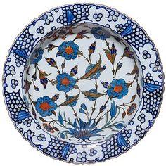 Dish, Iznik, Turkey, about 1560-1565     Sur les plats polychromes des années 1550/1560 la vague déferlante est reproduite avec beaucoup de fantaisie et de schématisation sur fond d'amas de petites spirales