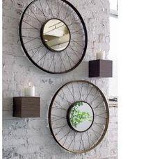 Reciclar esta de moda y porque no utilizar partes de una bicicleta para decorar nuestra casa con objetos diferentes que aportan carácter a nuestro hogar.