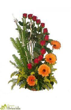 Resultado de imagen para arreglos florales con rosas #arreglosflorales Bouquet Delivery, Flower Delivery, Ikebana Flower Arrangement, Floral Arrangements, Send Flowers Online, Plastic Bottle Caps, Arte Floral, Christmas Centerpieces, Holiday Wreaths