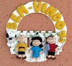 Guirlanda Turma do Snoopy <br>Base em mdf, Snoopy, Woodstock, Lucy, Charlie Brown e Linus em feltro e cerquinha em EVA.