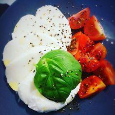 Yummy  #mozzarella #tomato #oliveoil #basil #blackpepper  #evoo #cleaneating #lowcarbbreakfast #lchffrukost #lowcarb #lchf #lowcarblifestyle #lowcarblife #keto #ketogenic #ketolife #ketolifestyle #wellness by mimmislchf