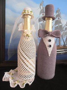 wedding bottle decoration,decorative bottles,bride and groom wine bottle covers,pimped bottles wedding,wedding decoration Wine Bottle Covers, Wine Bottle Art, Painted Wine Bottles, Wine Bottle Crafts, Crochet Jar Covers, Bottle Centerpieces, Centerpiece Ideas, Wedding Wine Bottles, Crochet Wedding