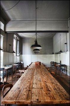 stoere oude tafels en stoelen gecombineerd met industrieel brocante: de oude industrielampen. Kijk voor lampen, tafels en stoelen in deze oude stijl bij www.old-basics.nl