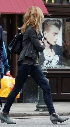 boots jeans jacket Trinny Woodall, Fashion Over Fifty, Black Skinny Pants, Fashion Outfits, Womens Fashion, Fashion Trends, British Style, Style Guides, Jeans And Boots