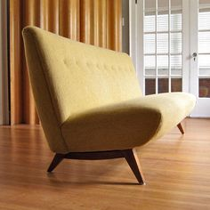 Image from https://4.bp.blogspot.com/-52nGFtGgi0o/TubqBItMGnI/AAAAAAAAH7Y/T3SdridExyU/s640/Risom+sofa+barkingsandsvintage+2950.jpg.
