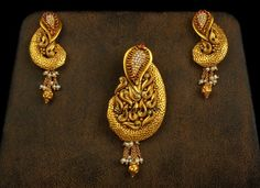 Gold Jewelry For Bridesmaids Gold Earrings Designs, Gold Jewellery Design, Gold Designs, Designer Jewellery, Jewellery Box, Gold Pendent, Pendant Set, Gold Jewelry Simple, Schmuck Design