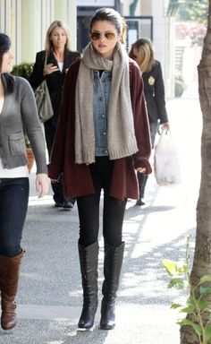 Selena Gomez - Casual Chic - Black leggings and boots and heavier layers on top to completely reverse her body shape! Selena Gomez Casual, Selena Gomez Outfits, Fall Winter Outfits, Autumn Winter Fashion, Fall Fashion, Casual Winter, Moda Hipster, Casual Chique, Casual Outfits