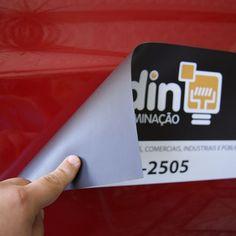 Imã com aplicação de vinil adesivo personalizado para ser utilizado em veículo, totalmente personalizado com as informações, cores e logotipo desejado.