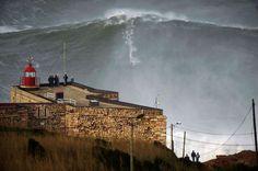 Nouveau record. L'objectif de Garrett McNamara: «rider» la plus grande vague du monde. Cela semble aujourd'hui chose faite. Lundi, ce surfeur hawaïen de 45 ans a dominé une montagne d'eau que l'on soupçonne de dépasser les 91 pieds, soit un peu plus de 28 mètres, sur le spot de Nazaré au Portugal. La taille précise du mastodonte, qu'il a attaqué tracté par un scooter des mers, est en cours de validation.