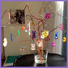 Fleurige paastak met strijkkralen hangers midi en mini Hangers, Back To School, Chandelier, Ceiling Lights, Home Decor, Hama, Easter Activities, Clothes Hanger, Candelabra