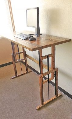 Adjustable desk, from standing to sitting and back again!