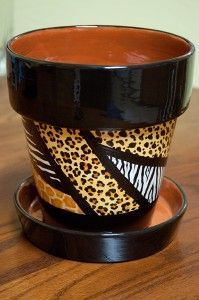 African Safari painted flower pot not my favorite motif but gives me some great ideas Flower Pot Art, Clay Flower Pots, Flower Pot Crafts, Clay Pot Projects, Clay Pot Crafts, Painted Clay Pots, Painted Flower Pots, Ceramic Pots, Terracotta Pots