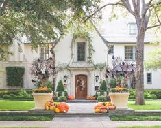 15 Spooky And Creative Outdoor Halloween Decorating Ideas - Style . 15 Spooky and Creative Outdoor Halloween Decorating Ideas - Style halloween decorations outdoor ideas - Halloween Decorations Casa Halloween, Outdoor Halloween, Vintage Halloween, Reddit Halloween, Victorian Halloween, Spirit Halloween, Terrifying Halloween, Halloween Costumes, Paper Halloween