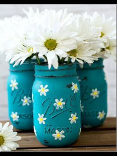 Daisy Mason Jars DIY: How to Paint these Daisy Mason Jars - using acrylic craft paint. These are easy and so cute - via Mason Jar CraftsDIY: How to Paint these Daisy Mason Jars - using acrylic craft paint. These are easy and so cute - via Mason Jar Crafts Jar Crafts, Bottle Crafts, Diy And Crafts, Crafts With Mason Jars, Tree Crafts, Pot Mason Diy, Mason Jar Gifts, Mason Jar Vases, Diys With Mason Jars
