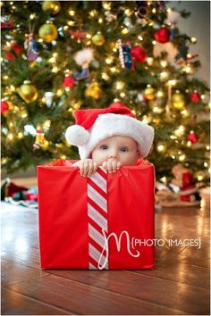 30 Absolutely Cute Babies And Their First Christmas Photo
