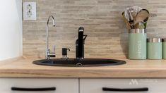 Mobila bucatarie vintage - Mobila la comanda MOBIERA Iasi Modern Tiny House, White Wood, Bedroom Furniture, Kitchen Decor, Sink, Projects, Country, Home Decor, Houses