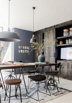 table de salle à manger, table haute bois et fer et lampes suspendues