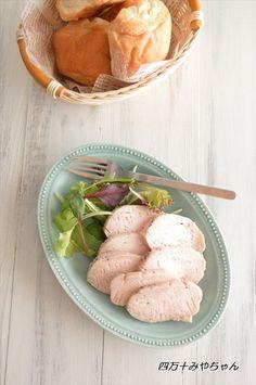 スーパーやコンビニエンスストアでよく見かけるようになった「サラダチキン」。高タンパク・低カロリーの鶏胸肉を使用しており、女性からも人気の高い食材です。今回は、鶏胸肉の栄養素、「サラダチキン」の作り方、アレンジレシピをご紹介します*