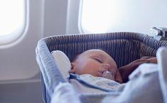 Bebê viajando de avião - manual de viagem com crianças - viagem em família
