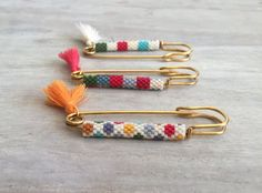Related items such as gold filled safety pin with Miyuki beads on Etsy - DIY Schmuck Beaded Brooch, Beaded Earrings, Beaded Bracelets, Beaded Jewelry Designs, Bead Jewelry, Miyuki Beads, Best Embroidery Machine, Brick Stitch Earrings, Bracelet Crafts