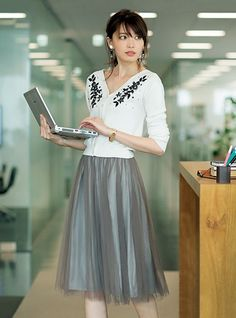 【毎日コーデ】動きやすさ重視でも、1発で可愛くなれる♡ラク甘スタイル通勤コーデ | andGIRL [アンドガール] Long Skirt Fashion, Fashion Pants, Fashion Models, Fashion Outfits, Womens Fashion, Full Skirt Dress, Full Skirts, Japan Fashion, Office Fashion