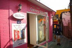 ピンクに包まれたギャラリー。このギャラリーの名前の「GOLMOK」は韓国語の「路地(ゴルモッ)」から来てるのかな~。