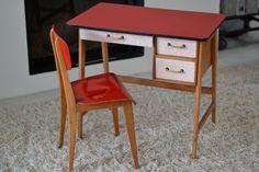 Très joli bureau pour enfant http://pastpluspresent.blogspot.fr/2014/12/tres-bel-ensemble-chaise-bureau.html