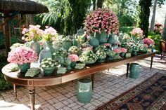 O cenário era perfeito: um jardim maravilhoso e um dia ensolarado. A decoração seguiu o estilo da noiva: bem romântico, com muitas flores e detalhes especi