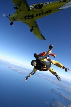 Mon premier saut en parachute au-dessus du magnifique lac de Taupo. Vous venez sauter aussi?