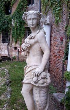Vicenza, cortile teatro Olimpico: statua