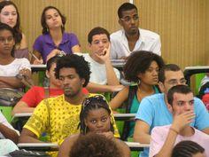 Estudante universitário de baixa renda terá bolsa assistência de R$ 400