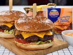 Cheeseburger cu ceapa caramelizata – reteta video Hamburger, Cheesecake, The Creator, Cooking Recipes, Ethnic Recipes, Food, Youtube, Hamburgers, Sweets