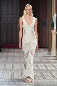 Gabriela Hearst Spring 2021 Ready-to-Wear Collection - Vogue Fashion News, Fashion Show, Fashion Trends, Balenciaga Spring, Gabriela Hearst, Best Wedding Dresses, Bridal Looks, Mannequins, Vogue Paris