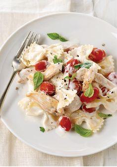 Pasta con pollo estilo bruschetta- Mezcla queso crema con pasta y pollo, añade tomates frescos y albahaca y ¡felicítate! Así de fácil es convertir cualquier receta en algo especial.